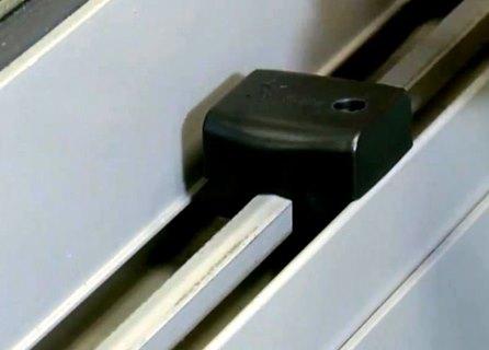 מגביל פתיחת חלון כאמצעי בטיחות ואבטחה
